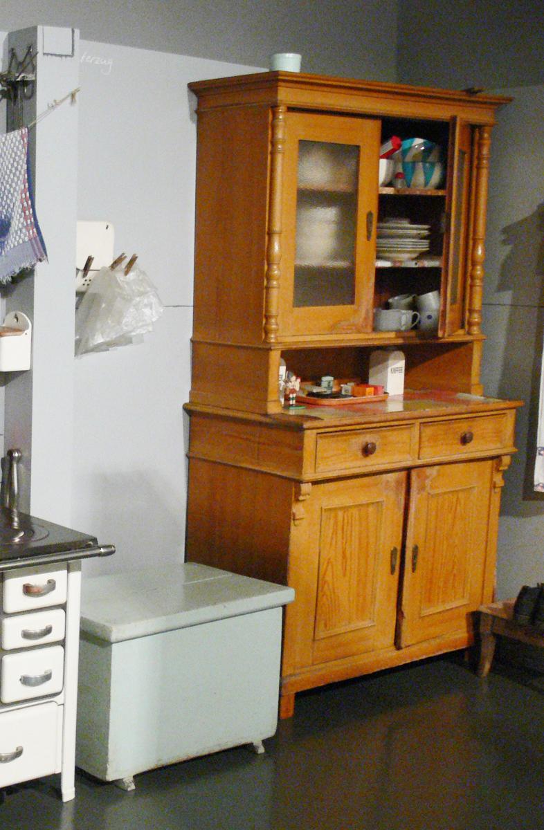 C mo decorar con antiguas alacenas y vitrinas - Como decorar una ensaladilla rusa ...