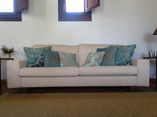 Muebles de sal n trucos para renovar el sof - Como colocar cojines en la cama ...